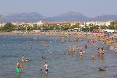 Spiaggia ammucchiata ad estate Fotografia Stock Libera da Diritti