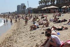 Spiaggia ammucchiata con i turisti ed i locali nella s Fotografie Stock