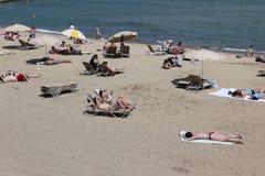 Spiaggia ammucchiata con i turisti ed i locali nella s Fotografie Stock Libere da Diritti