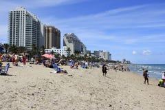 Spiaggia ammucchiata con i vacanzieri della primavera Fotografia Stock Libera da Diritti