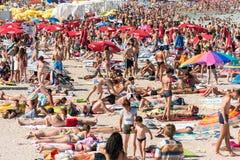 Spiaggia ammucchiata con la gente Immagine Stock