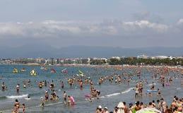 Spiaggia ammucchiata con le barche del pedale Fotografia Stock