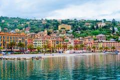 Spiaggia ammucchiata della città di Santa Margherita Ligure Vista dalla baia La Liguria, Italia immagini stock