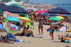 Spiaggia ammucchiata di Calella Immagini Stock Libere da Diritti