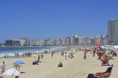 Spiaggia ammucchiata di Copacabana Rio de Janeiro, Brasile fotografia stock