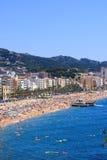 Spiaggia ammucchiata (Lloret de marzo, Costa Brava, Spagna) Immagini Stock Libere da Diritti