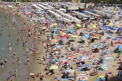 Spiaggia ammucchiata a Salou, Spagna Fotografia Stock Libera da Diritti