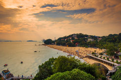 Spiaggia ammucchiata sotto le nuvole dorate Immagini Stock Libere da Diritti