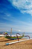 Spiaggia & barca del Bali alla spiaggia Fotografie Stock