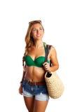 Spiaggia andante della breve donna turistica bionda dei jeans Fotografie Stock Libere da Diritti