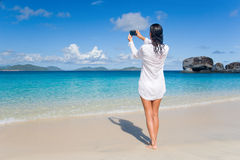 Spiaggia attraente della donna fotografie stock libere da diritti