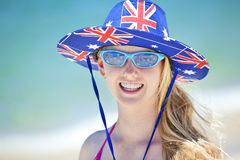Spiaggia australiana della ragazza del cappello della bandiera Fotografie Stock Libere da Diritti