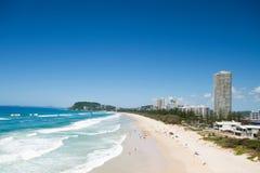 Spiaggia australiana durante con le costruzioni accanto Fotografia Stock Libera da Diritti