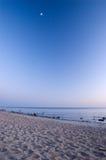 Spiaggia baltica dopo il tramonto con la luna Fotografia Stock Libera da Diritti