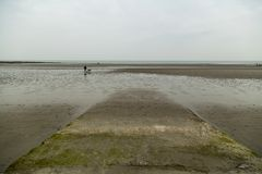 """Spiaggia a bassa marea opale del riparo alla d """"sulla costa francese del nord immagini stock"""