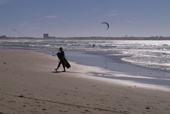 Spiaggia Beleal Peniche Portogallo di Kitesurfer Gamboa Immagini Stock