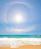 Spiaggia bianca della sabbia con il Rainbow e Sun a Phuket Fotografie Stock
