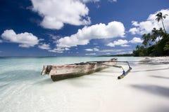 Spiaggia bianca della sabbia con la barca Fotografia Stock