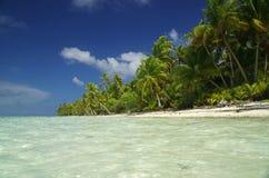 Spiaggia bianca della sabbia di paradiso in Tahiti Immagini Stock