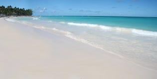 Spiaggia bianca tropicale delle sabbie, oceano caraibico Immagini Stock