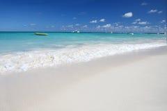 Spiaggia bianca tropicale delle sabbie, oceano caraibico Fotografie Stock