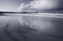 Spiaggia in bianco e nero del mare Fotografie Stock Libere da Diritti