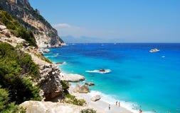 Spiaggia blu con qualche gente veduta dalla cima Cala Goloritze dentro immagini stock libere da diritti