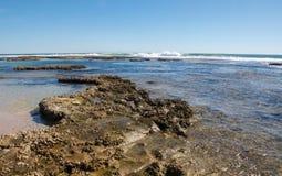 Spiaggia blu dei fori: Stagni di bassa marea Immagini Stock