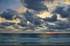 Spiaggia caraibica a Cancun, molto nelle prime ore del mattino Fotografie Stock
