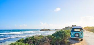 Spiaggia caraibica di Tulum con la maya di Riviera del furgone fotografia stock libera da diritti