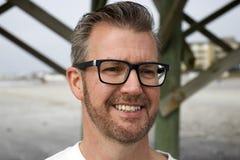 Spiaggia Carolina del Sud, il 17 febbraio 2018 - colpo capo di follia del maschio bianco con la breve barba sistemata ed i capell fotografia stock