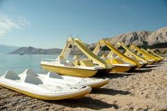 Spiaggia: Catamarani gialli fotografia stock