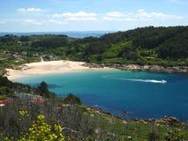 Spiaggia celestiale in una piccola baia Immagini Stock Libere da Diritti