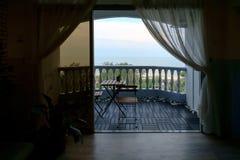 Spiaggia che affronta la località di soggiorno di alloggio presso famiglie del blocchetto di appartamenti Fotografia Stock