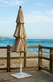 Spiaggia chiusa dell'ombrello in patio vicino alla spiaggia Fotografie Stock