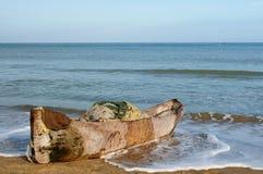 Spiaggia colombiana e vecchia canoa di riparo di legno Immagini Stock