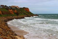 Spiaggia Colourful con le case sulla cima della roccia Fotografia Stock Libera da Diritti