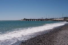 Spiaggia con cielo blu immagine stock