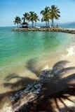 Spiaggia con gli alberi di noce di cocco Fotografia Stock Libera da Diritti