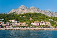 Spiaggia con gli appartamenti in Podgora-Caklje, Croazia Fotografia Stock Libera da Diritti