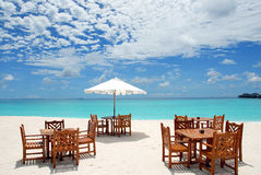 Spiaggia con gli ombrelli Immagini Stock