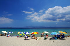 Spiaggia con gli ombrelli variopinti Immagini Stock