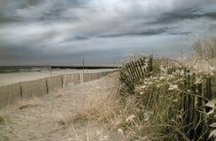 Spiaggia con i cieli tempestosi Fotografia Stock
