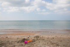 Spiaggia con i giocattoli trascurati Fotografia Stock
