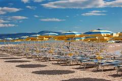 Spiaggia con i parasoli Fotografie Stock Libere da Diritti