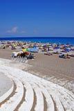Spiaggia con i parasoli Fotografia Stock Libera da Diritti