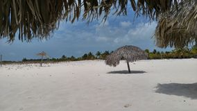 Spiaggia con i parasoli del sole Fotografia Stock