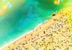 Spiaggia con i turisti, i sunbeds e gli ombrelli Fondo di feste Immagine Stock