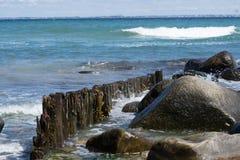 Spiaggia con i vawes ricevuti Fotografie Stock