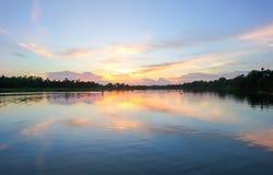 Spiaggia con il cielo nuvoloso al tramonto fotografie stock